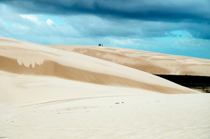 砂丘と池の写真素材 [FYI01688811]