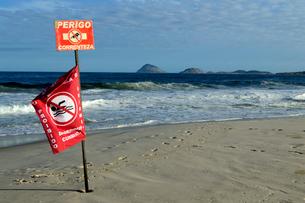 コパカバーナ海岸の遊泳禁止の赤い旗の写真素材 [FYI01688824]