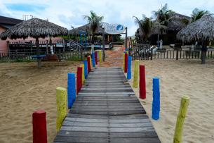 カブレの海岸の砂浜の海の家の通路の写真素材 [FYI01688833]