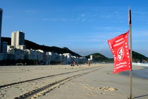 コパカバーナ海岸の遊泳禁止の赤い旗の写真素材 [FYI01688867]