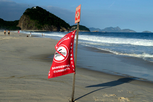 コパカバーナ海岸の遊泳禁止の赤い旗の写真素材 [FYI01688883]