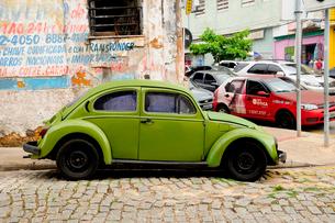 旧市街の古いフォルクスワーゲンの車の写真素材 [FYI01688899]
