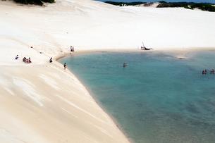 砂丘と池で泳ぐ人々の写真素材 [FYI01688909]