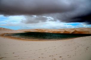 砂丘と池の写真素材 [FYI01688930]
