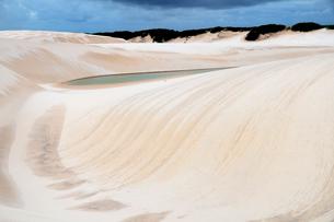 砂丘と池の写真素材 [FYI01688970]