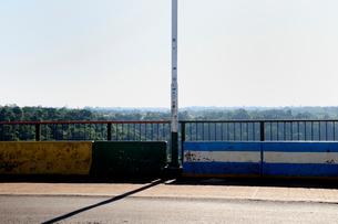 アルゼンチンとブラジルの国境の橋の写真素材 [FYI01688983]