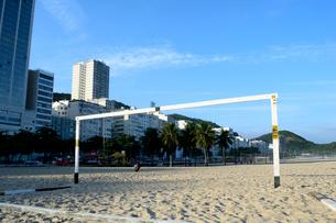 コパカバーナ海岸の砂浜のサッカーゴールの写真素材 [FYI01689025]
