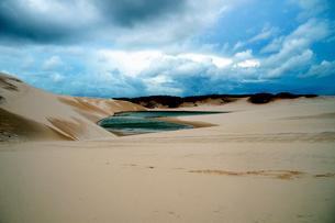 砂丘と池と青空の写真素材 [FYI01689037]