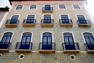 旧市街の古いタイルの建物の写真素材 [FYI01689043]