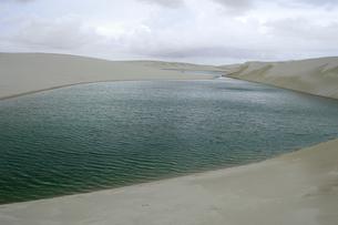 砂丘と池の写真素材 [FYI01689057]