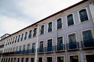 旧市街の古いタイルの建物の写真素材 [FYI01689058]