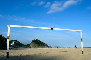 コパカバーナ海岸の砂浜のサッカーゴールの写真素材 [FYI01689065]