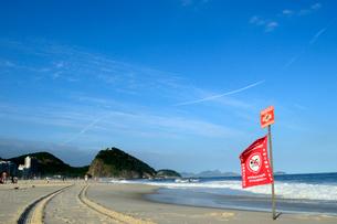 コパカバーナ海岸の遊泳禁止の赤い旗の写真素材 [FYI01689092]
