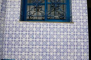 旧市街の古いタイルの建物の窓の写真素材 [FYI01689097]
