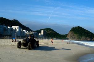 コパカバーナ海岸の清掃トラクターの写真素材 [FYI01689156]