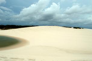 砂丘と池の写真素材 [FYI01689157]