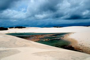 砂丘と池の写真素材 [FYI01689234]