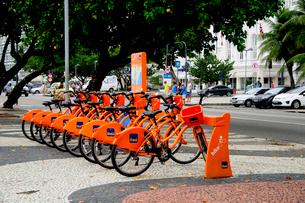コパカバーナ海岸の貸し自転車の写真素材 [FYI01689266]