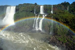 イグアスの滝と虹の写真素材 [FYI01689275]