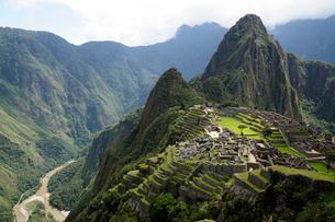 マチュピチュ遺跡の全体像と周りの山岳の写真素材 [FYI01689285]