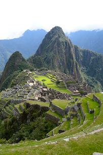 マチュピチュ遺跡の全体像と周りの山岳の写真素材 [FYI01689304]
