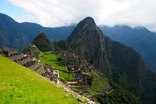 マチュピチュ遺跡の全体像と周りの山岳の写真素材 [FYI01689395]