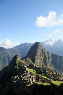 マチュピチュ遺跡の全体像と周りの山岳の写真素材 [FYI01689460]
