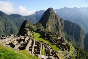 マチュピチュ遺跡の全体像と周りの山岳の写真素材 [FYI01689492]