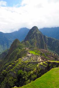 マチュピチュ遺跡の全体像と周りの山岳の写真素材 [FYI01689507]