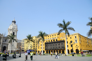 アルマス広場の黄色い建物の写真素材 [FYI01689510]