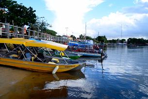 ブレグィシャス川川岸のツアーボートの写真素材 [FYI01689518]