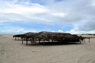カブレの海岸の砂浜の海の家の写真素材 [FYI01689547]