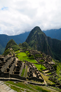 マチュピチュ遺跡の全体像と周りの山岳の写真素材 [FYI01689554]