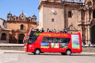 アルマス広場の赤いツアーバスの写真素材 [FYI01689634]