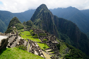 マチュピチュ遺跡の全体像と周りの山岳の写真素材 [FYI01689645]