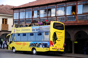 アルマス広場のツアーバスの写真素材 [FYI01689737]