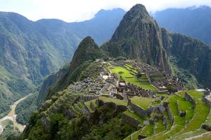 マチュピチュ遺跡の全体像と周りの山岳の写真素材 [FYI01689795]
