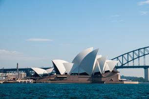 シドニー湾のオペラハウスの建物とハーバーブリッジの写真素材 [FYI01689838]