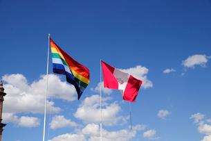 アルマス広場の旗と青空の写真素材 [FYI01689840]
