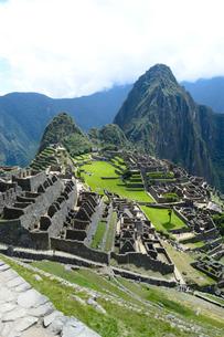マチュピチュ遺跡の全体像と周りの山岳の写真素材 [FYI01689854]