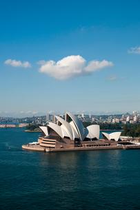 オペラハウスの建物とシドニー湾の写真素材 [FYI01689954]