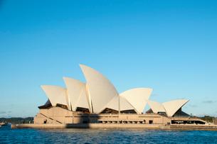 オペラハウスの建物とシドニー湾の写真素材 [FYI01689960]