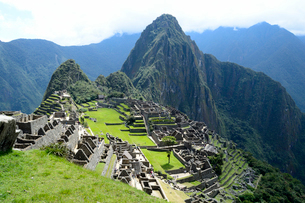 マチュピチュ遺跡の全体像と周りの山岳の写真素材 [FYI01689971]
