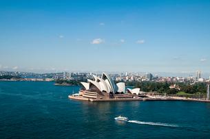 オペラハウスとシドニー湾のフェリーボートの写真素材 [FYI01689988]