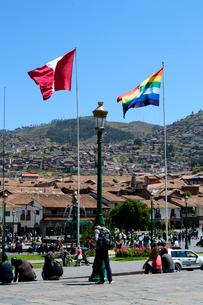 アルマス広場の旗と青空の写真素材 [FYI01690018]