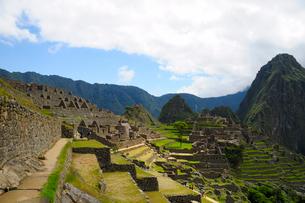 マチュピチュ遺跡の全体像と周りの山岳の写真素材 [FYI01690079]