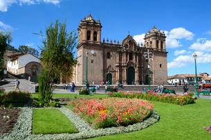 アルマス広場のラコンパニーアデヘスス教会と花壇の写真素材 [FYI01690103]