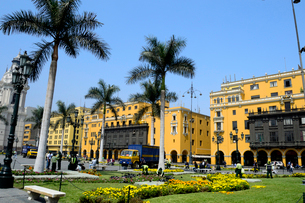 アルマス広場と黄色い建物の写真素材 [FYI01690179]