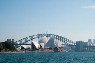 シドニー湾のオペラハウスの建物とハーバーブリッジの写真素材 [FYI01690227]