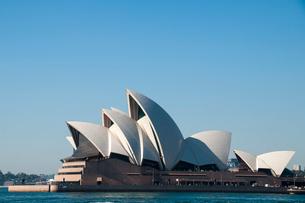 オペラハウスの建物とシドニー湾の写真素材 [FYI01690271]